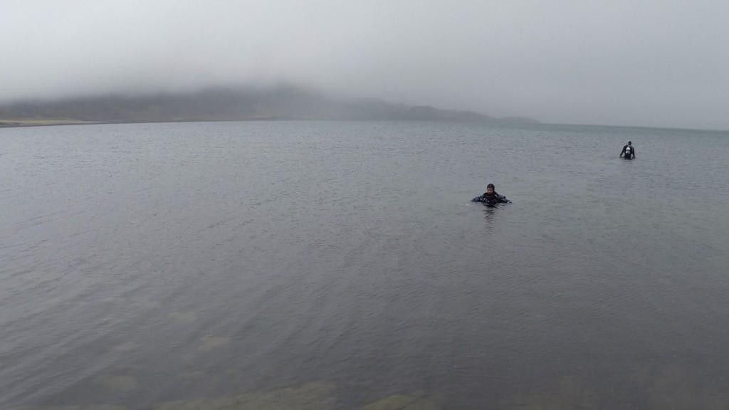 Taucher am Kleifarvatn in Island