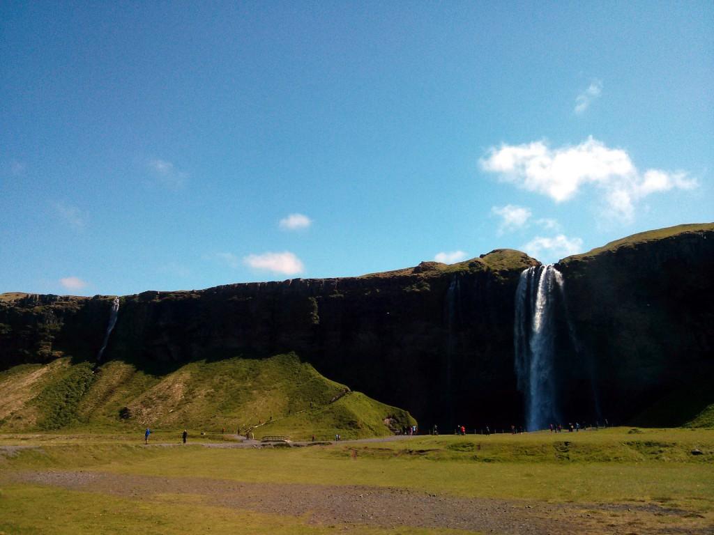 Isländischer Wasserfall im Sommer