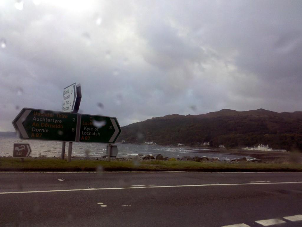 Straßenschilder in Schottland zeigen Entfernungen in Meilen