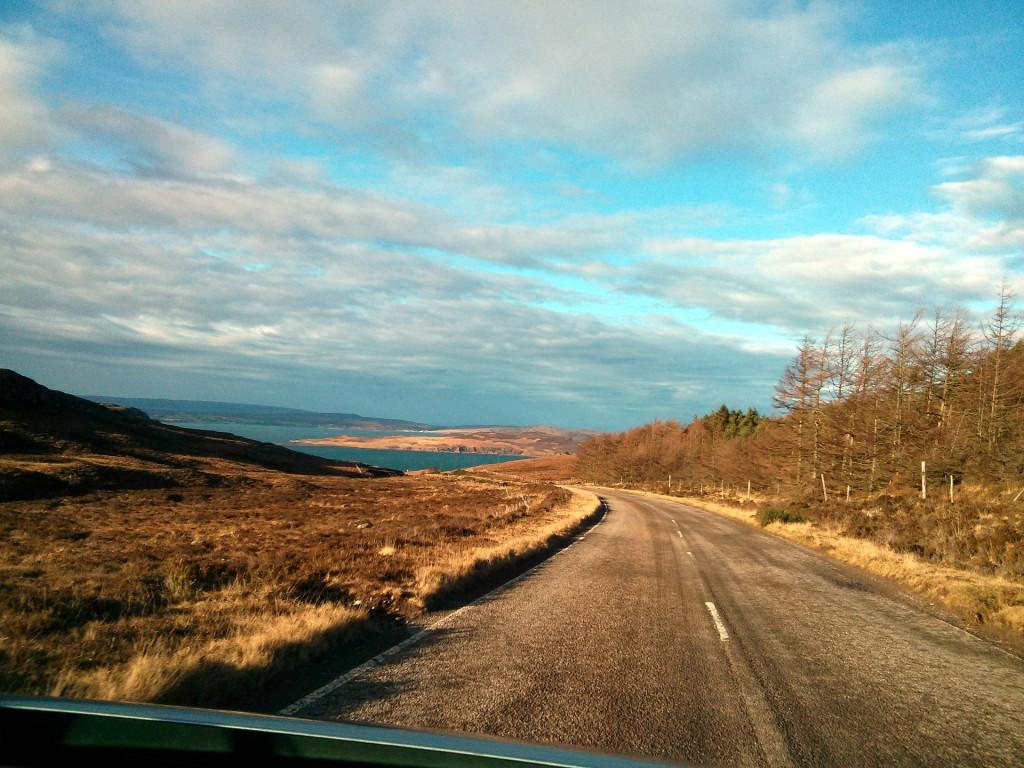 Typische Straße in den schottischen Highlands