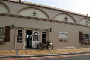 Das Restaurant 'On the rocks' direkt an der Küste von Bloubergstrand